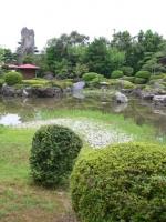 玉翠園_池から岩を.JPG